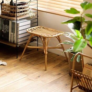 多目的に使える家具を探している人は、お部屋のスペースに余裕がないケースが多いもの。メイクスペース用に椅子がほしいけど、狭くなるのは嫌だし、そんなにお金もかけられない…そんな人には、スツールを使うのをおすすめします。背もたれ付きの椅子に比べて値段が安いものも多く、どこでも使えて、ちょっとした荷物置きやテーブルにもなるので、これまた多目的でメイクスペースにもぴったり!