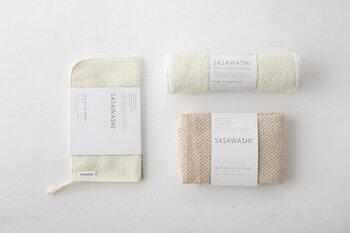和紙とくまざさを合わせた新素材「ささ和紙」で作られているというこちらのウォッシュタオルは、一般的なタオルにはない優れた特徴を持ちます。吸収性の良さはもちろん、天然の抗菌防臭力を持つためいつでも清潔に使うことができます。