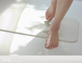 今やおなじみの珪藻土のバスマット。濡れたままの足を乗せると驚くほど素早く水分を吸収してくれるのですぐに足裏がさらさら!家族で使うとバスマットがすぐにべちゃべちゃ…なんていうストレスから解放してくれます。