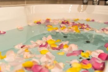 せっかくのインバスケアを特別な時間にしたいのなら、お花を浮かせて優雅な気分を味わうのもアリ。生花は勿体無いと思う方は、花びらをモチーフにした入浴剤が発売されているので、チェックしてみて。