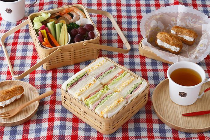 公園でピクニックを楽しむときのように、素敵なランチボックスにおかずを詰めてベランダへ持っていきましょう。こちらは「二段手付弁当かご」。サンドイッチがぴったり入ってビジュアルも◎取っ手がついているので、移動も持ち運びにも便利です。