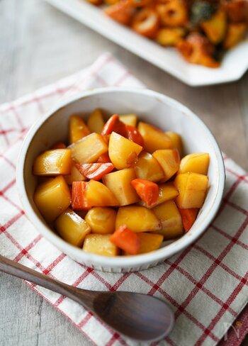 箸が止まらない。甘辛味の「じゃがいもと人参の照り焼き」。あらかじめレンジで加熱してから鍋で調味料と絡める時短料理。お子様と一緒に作るのもおすすめです。