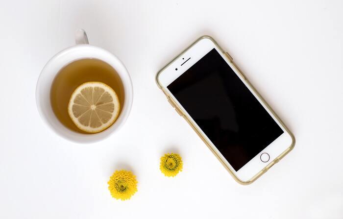 毎月の携帯料金、いくらかかっていますか?毎月1万円を超えている方も多いかもしれません。格安スマホなら、通信費を大手キャリアの半額以下にできることも。実際にわたしも、昨年大手キャリアから格安スマホに乗り換え、毎月約1万円だった携帯料金代が、現在は月約3000円程度になりました。年間で計算すると、だいぶ節約になりますね。格安スマホの会社もたくさんあるので、ネットを使う時間が多いのか、通話する回数が多いのか、自分の利用スタイルに合った会社・プランを選んでみましょう。利用しているユーザーの多い会社を、いくつかご紹介します。