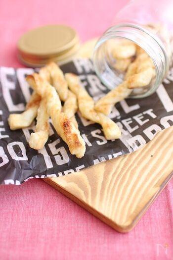 パイシートを使って、簡単にできるスティックおやつ。パイシート細く切り、シナモンシュガー&粉チーズを振ってひねって焼くだけ。できたても冷めてからもおいしいですよ。