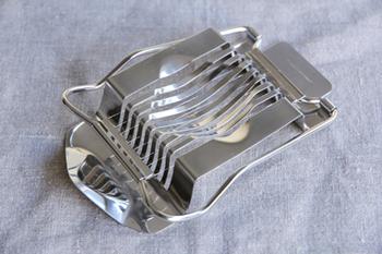 全面ステンレスで美しいエッグスライサーです。一枚の板を折り曲げつくられているから、胴体部分に継ぎ目がなく洗いやすい。