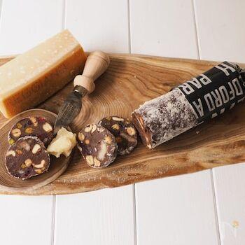 ブラックチョコレートに、ナッツ、パルミジャーノチーズ、ドライフルーツをたっぷり使ったチョコサラミ。混ぜ込む材料を大きめにカットすることで、食感や風味があっぷします。冷蔵庫で冷やし固めたらお好みの厚さにスライスして、コーヒーやお酒と一緒にお楽しみください。