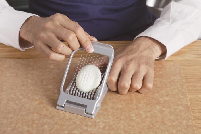 卵のほかにもアボガドやマッシュルームなど野菜のスライスも可能。食洗機も使用できお手入れも簡単、清潔に使えます。切れ味のよいステンレスの刃で黄身までスパッとスライスできるから、包丁で切るときのようなストレスはありません。