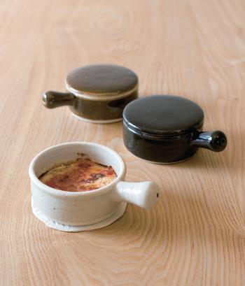 東海地方の陶磁器ブランド・TOJIKI TONYAの伊賀土耐熱陶器シリーズ。卵一つ分が程よく収まるサイズのココットは、一人分の目玉焼きやアヒージョ、グラタン、茶碗蒸しなどをつくるときも便利な大きさです。