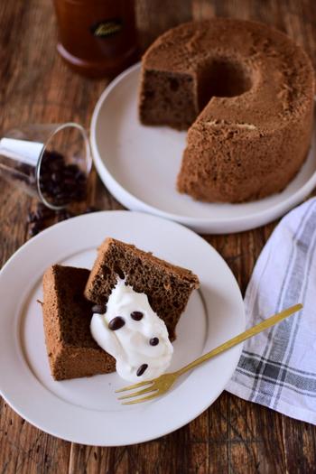 コーヒーパウダーやコーヒーリキュールを使って作るコーヒー風味のシフォンケーキ。メレンゲをつぶさないようにふんわり混ぜるのがポイントです。八分立て泡立てた生クリームをとろりと添えて召し上がれ♪
