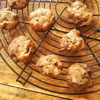 ほろ苦いコーヒー味の生地に、ピーカンナッツとチョコレートチップを混ぜ込んだクッキー。型が必要ないドロップ型のクッキーなので、簡単にできますよ。
