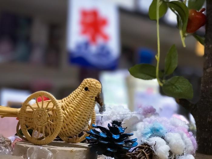 長野県野沢温泉村の郷土玩具です。鳩に車輪を付ける発想がユニークですね。温泉に漬けて皮を剥いだアケビの蔓を編み込んで作られています。土産物細工としても人気がありました。