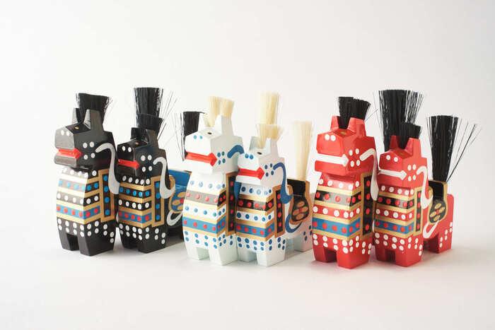 青森県の南部地方に古くから伝わる八幡駒。華やかな模様は、お嫁入りのときに使われる馬の盛装を表しているそうです。胸を張ってピンと立てたシッポが勇ましく見えますね。  八幡駒は、宮城県の「木下駒」、福島県の「三春駒」と並んで郷土玩具の「日本の三駒」と呼ばれています。