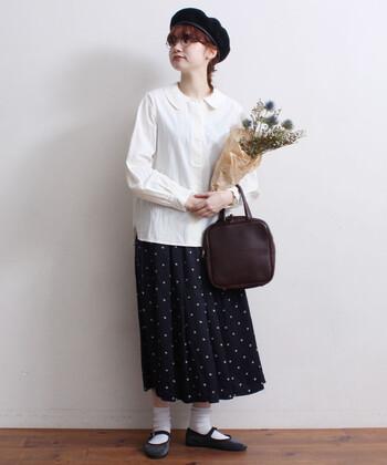 ドットのプリーツスカートを合わせて可愛いコーディネートに挑戦してみるのはいかがでしょうか。スカートには丈の短めなブラウスを合わせるのがおすすめです。