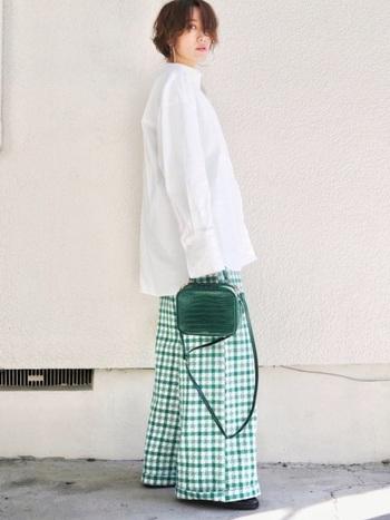 柄パンツを穿いたら気分が明るくなりそうですよね♪派手目なパンツもシンプルな白ブラウスと組み合わせれば挑戦しやすいのではないでしょうか。