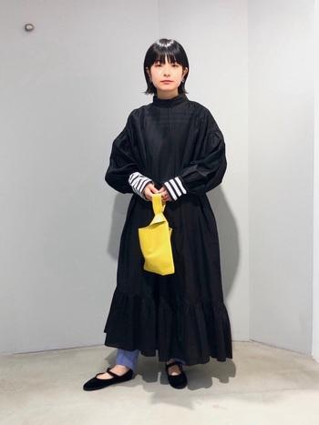 シンプルな服装のインナーにボーダーを合わせると、一気におしゃれ度がアップします。袖口や襟元からさりげなくだして着るのがおすすめです。