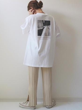 ロゴTを合わせてカジュアルコーデ。オールホワイトのコーディネートにすることで、メンズライクなロゴTシャツも女性らしく着こなすことができます。