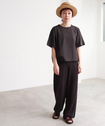 黒のワントーンコーデは落ち着いた大人っぽい印象になりますよね。シンプルなTシャツを合わせて、素材感の違いを楽しむのも◎