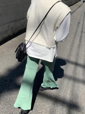 外に出られなくても流行のファッションをしたい時は、ニットベストを合わせてみましょう。ロンTやブラウスにプラスしておしゃれ度アップ!