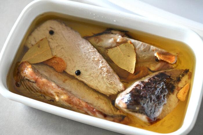 ツナ缶の正体は、ツナ(マグロ)のオイル漬け。オイルを熱し、煮込むように魚に火を通すのが基本の作り方です。「お安い魚が手に入ったけど、すぐには食べないかも」そんなときは「自家製ツナ」を作ってみませんか?