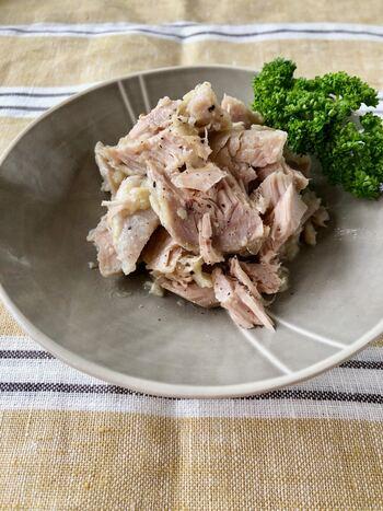 ポリ袋に入れて塩麹でマリネしたマグロを、少ないオイルで和えて熱湯調理。塩麹のまろやかな旨味がいきたヘルシーな自家製ツナです。