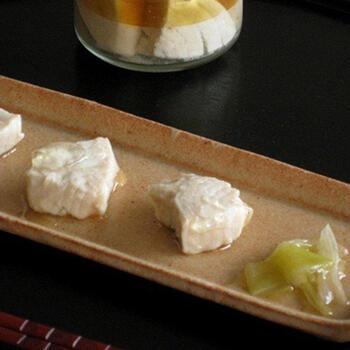こちらはさっぱり和風の自家製ツナ。白だしとねぎ、生姜で煮たツナを瓶に詰め、油を注いで漬け込みます。あえて身を崩さず、形を残しておつまみに。