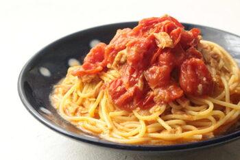 ツナとパスタ、間違いのない組み合わせですよね。こちらはトマトソースの材料にミニトマトを使うことで、フレッシュさと凝縮された旨味を両立!しかも麺の茹であげからソースまで、火を通すのはレンジ加熱だけでできちゃうんです。