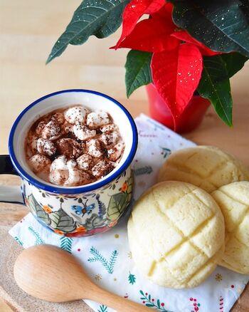 お湯でとくココアよりもずっと濃厚で香りが引き立つ手づくりココアです。砂糖の量で好きな甘さに調節でき、牛乳のコクを感じる一杯に。マシュマロをのせると、見た目も味わいも特別感がぐっとアップします。