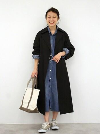 デニムワンピースを黒のトレンチコートを合わせれば、大人っぽい雰囲気で着こなせます。ワンピースの袖と一緒にロールアプして、こなれ感を出すのがおしゃれに着こなすポイントです。