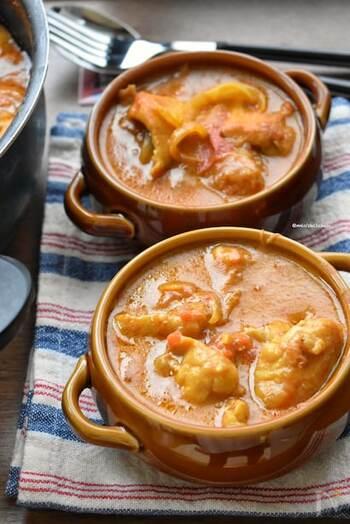 牛乳と一緒に鶏肉を煮込むことで、一段と鶏肉が柔らかくなります。カレーのルーを使わずにスパイスを調合しているので油っぽくなく、自分のオリジナルカレーが作れるレシピです。