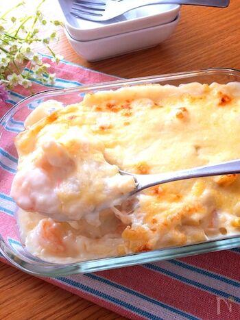 ホワイトソースといえば、こげないようにダマにならないように注意深く作るというイメージですが、このレシピなら簡単に作れて、さらにバターも必要ありません。牛乳の量を加減すれば、とろっとした仕上げからマカロニと絡ませるなど味わいに変化をつけられます。