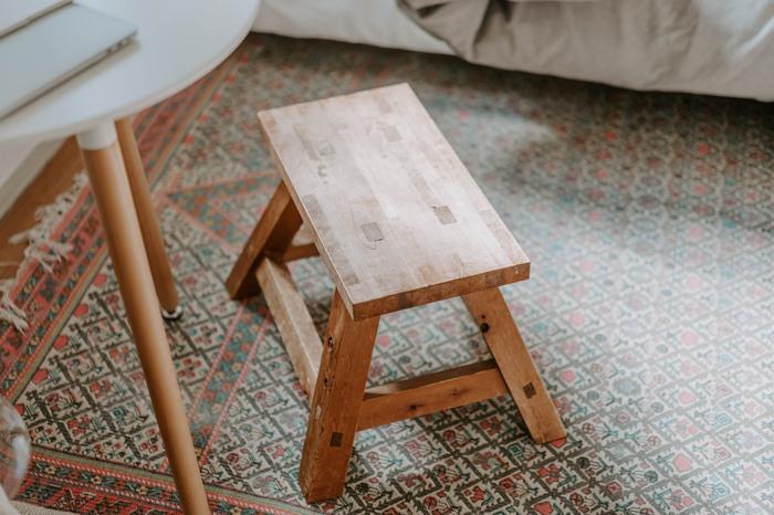ラグは、このようなくすみがかった色合いだと、アンティークな雰囲気になりますし、木製インテリアとも好相性です。