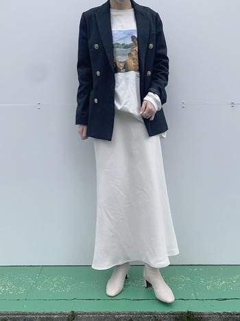 サテン素材のペールトーンのスカートを合わせると、春っぽさが際立ちます。ブレザーとロンTでメリハリをつけたら、カラーは同系色でまとめて、今っぽく。