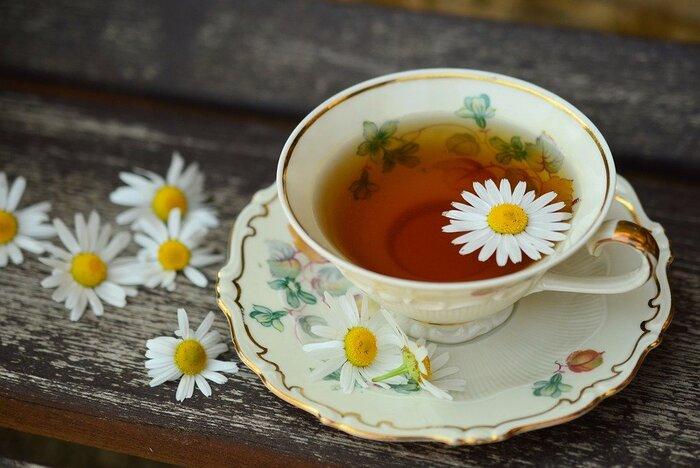 心と体を深いリラックスへと誘ってくれるカモミールティー。ふわんりと漂う爽やかな香りに癒されます。たまには、丁寧にお茶を淹れて、のんびりとしたひとときを過ごしてみませんか?温かいカモミールティーをひと口飲めば、気持ちがふっと浮上して、明日からまた頑張ろうと思えそうです。機会を見つけて、カモミールティーを味わってみて下さいね♪