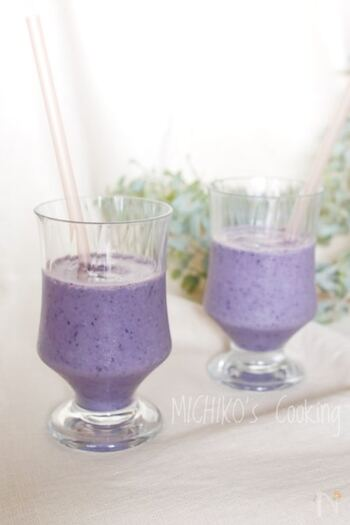 栄養が偏りがちな朝食に加えたい、ビタミンや食物繊維がたっぷりバナナブルーベリースムージー。砂糖を使用しなくても、バナナの甘みでおいしく作ることができますよ。お目覚め後の1杯にもおすすめです♪