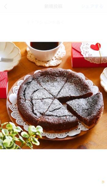 板チョコを使って濃厚なチョコタルト♡通常はオーブンを使わなければ作れないタルト生地も、砕いたビスケットとバターを合わせて、冷蔵庫で寝かせるだけで作れちゃいます。カフェ気分になれる本格的な味わいが手軽に楽しめますよ。