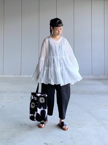 バルーンパンツはティアードブラウスと合わせてもよし。大人っぽく着こなすなら、引き締まる黒やネイビーを選んで、色数も抑えるのがポイントです。