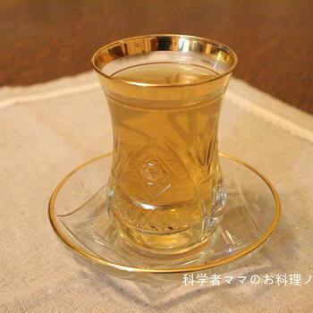 カモミールティーをベースに蜂蜜と黒酢をアレンジしたドリンクです。黒酢を健康のために飲みたいけれど、飲みづらいという人にはおすすめ。さっぱりとマイルドになって飲みやすくなります。