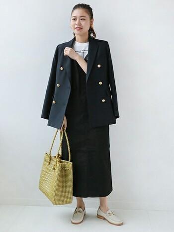 1枚で着るとカジュアルな印象になりがちなジャンパースカートもジャケットを肩がけするだけで女性らしさがアップ!同系色のジャンパースカートをチョイスしたら、小物やインナーは明るいカラーを取り入れてバランスをとって。