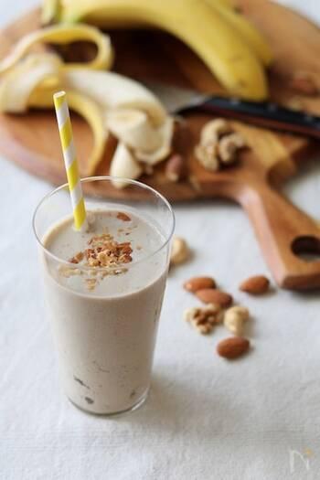 コーヒー好きにはたまらない魅力たっぷりなスムージーのご紹介。バナナはまるまる1本使い、牛乳・氷・インスタントコーヒー・ミックスナッツを加えてミキサーにかけます。まるでお店でいただくフラペチーノのようなおいしいドリンクの完成です。