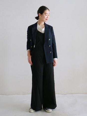 ブラックのオールインワンをINすると、ちょっぴりモード感のある仕上がりに。インナーの色や素材を軽くしたり、足元をスニーカーで引き算するとバランスが◎。ヘアスタイルはタイトに仕上げると凛とした大人の女性らしい印象に。