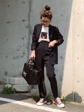 同系色のパンツと合わせてセットアップっぽく着こなす場合、重要なのが「引き算」。スーツっぽいコンサバティブな印象にならないためには、プリントTシャツや一癖あるバッグ、スニーカーなどを取り入れることで上手に抜け感を作ってみましょう。カラー物のスニーカーに抵抗のある方はベーシックなカラーから初めてみるのも◎。