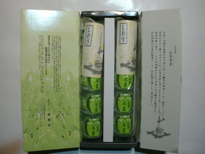 三浦製菓では、お茶請けにぴったりなお菓子を製造・販売しています。有名なのが、こちらの「お茶羊羹」。