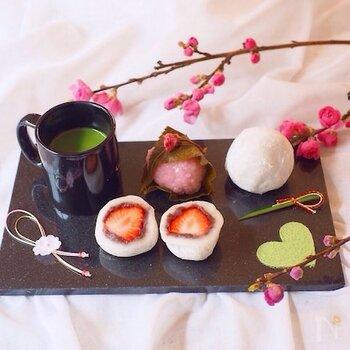 和菓子は難しいイメージもありますが、炊飯器で小豆を炊けば、面倒な工程が省けます。だんご粉でもち生地を作ってイチゴと餡をたっぷり入れれば、お店みたい苺大福が出来上がります。