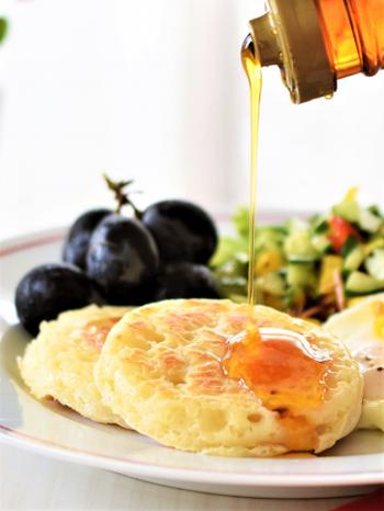 クランペットはイギリス風のパンケーキの一種で、イングリッシュマフィンの原型ともいわれています。もっちりとした食感がクセになる美味しさです。フライパンで焼き上げるので、オーブンがないおうちでも作れます。甘いトッピングもおかず系トッピングもどちらにもよく合います。
