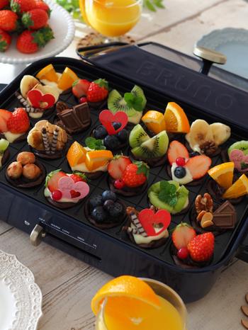 まるでギフトボックスを開けた時のようなワクワクする華やかさ!フルーツやチョコレートを飾って作るミニサイズのチーズタルトは、一口サイズだから色々な味を楽しめます。おうちパーティーにもピッタリなスイーツです。