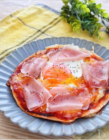 生ハムと卵を使ったビスマルクは、お花が咲いたような豪華な見栄えでホームパーティーにもぴったり。実はとても簡単に作れるので、朝ご飯にも向いています。下側にピザ用チーズを敷き詰めて、一度、加熱したあとに、生ハム、卵をのせて、もう一度加熱することで、焼き色をつけすぎることなく、彩り豊かなビスマルクが完成します。