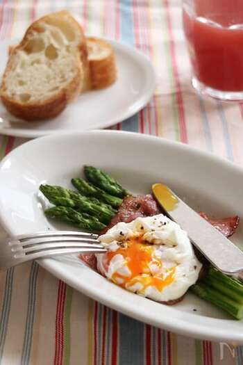 ポーチドエッグはすばやくつくれる卵料理のひとつです。半熟の部分を崩してとろりとしたソースのように食べると美味しいですよね。クランペットに添えるときは、アスパラは短めにカットしておくと、食べやすくなります。