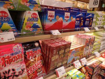 伊豆、熱海、富士山・・・。静岡には素敵な観光地がたくさんありますよね。  そんな静岡を訪れたら、お土産選びも大きな楽しみです♪ 今回は静岡旅行のお土産として人気の食べ物(お菓子から、お酒のつまみ系まで)たっぷりご紹介します。  「定番」となっているランキング上位をセレクトしましたので、きっと外しませんよ*