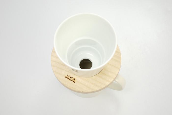 donut. コーヒードリッパーも、大きめの1つ穴式を採用しています。そのため、ほどよいコクを残しつつ、雑味のないスッキリとした味わいのコーヒーを淹れられます。 ドリッパー内部の段々は、お湯の落ちる速度をコントロールするためのもの。ドリッパー内部にお湯を適度にとどめてくれるので、コーヒーの持つ甘みをじっくりと引き出すことができます。