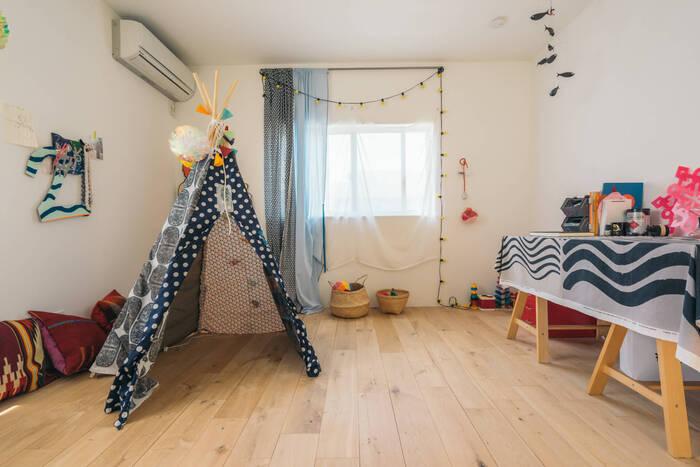 子どもが大好きな、ティピーテントがあるお部屋。ポップな色使いとファブリックで、楽しい空間を演出しています。